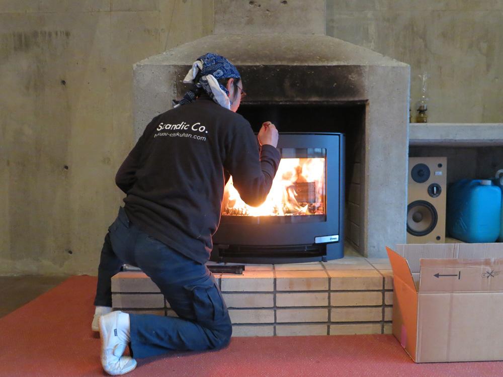 暖炉に薪ストーブを設置