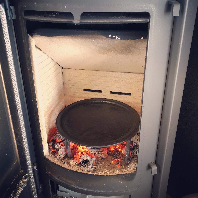 薪ストーブでピザを焼く